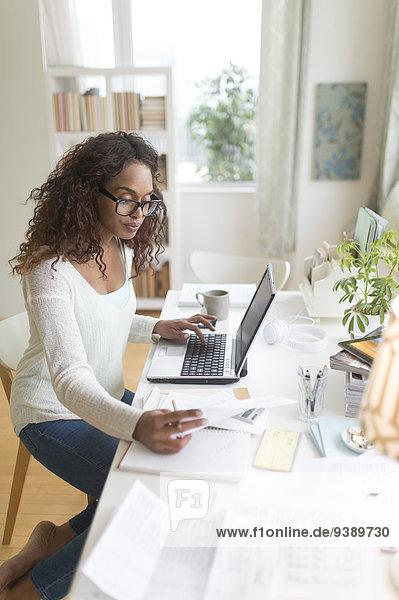 Frau bezahlen zahlen Rechnung Internet