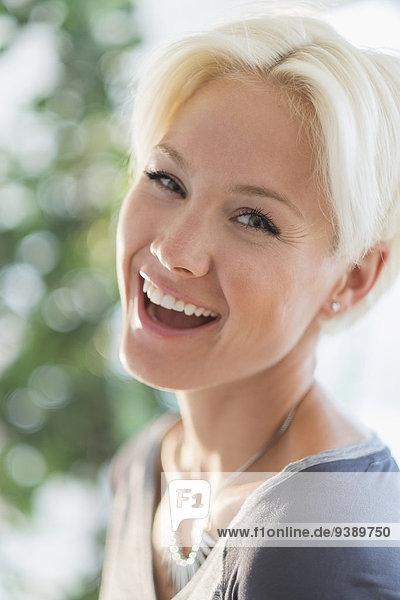 Portrait Frau Fröhlichkeit lachen blond