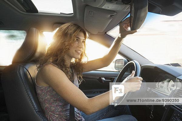 junge Frau junge Frauen fahren berichtigen Rückansicht Ansicht Spiegel