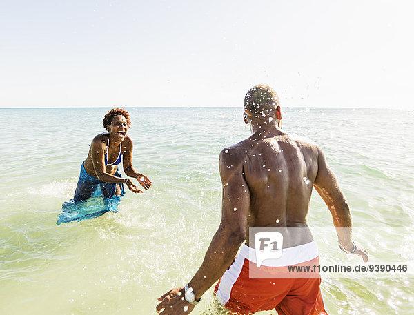 Wasser Strand planschen Mann und Frau