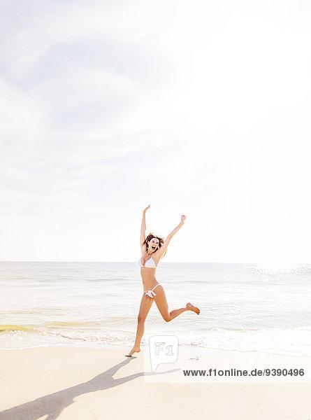 Frau Strand springen