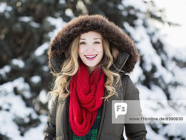 Außenaufnahme Portrait Frau lächeln Schal rot Kleidung freie Natur