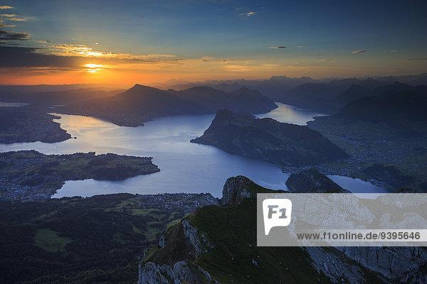 Panorama Farbaufnahme Farbe Wasser Berg Sommer Morgen Silhouette aufwärts Sonnenaufgang Dunst See Alpen Ansicht Westalpen Luzern Stimmung Sonne Schweiz Bergpanorama Gewässer Schweizer Alpen Vierwaldstättersee Zentralschweiz