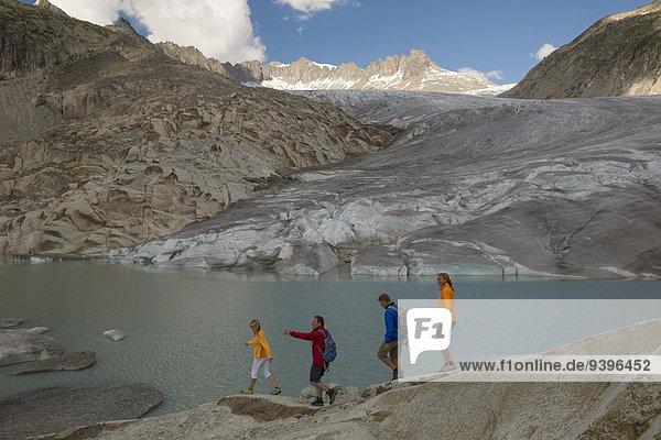 Frau Mann gehen Eis wandern Moräne Bergsee