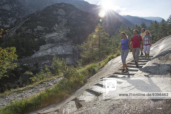 Stufe Frau Mann gehen Weg Touristin wandern Wanderweg