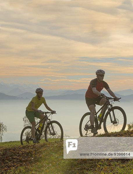 Mountainbikefahrer Mountainbike mountain bike Freizeit Frau Berg Mann Sport Abenteuer Fahrrad Rad Ansicht Kanton Zürich Fahrrad fahren