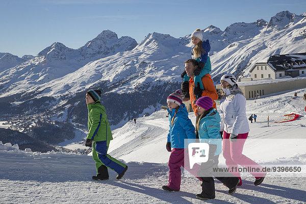 Frau Winter Mann gehen Weg wandern Ansicht Kanton Graubünden Wanderweg Schnee