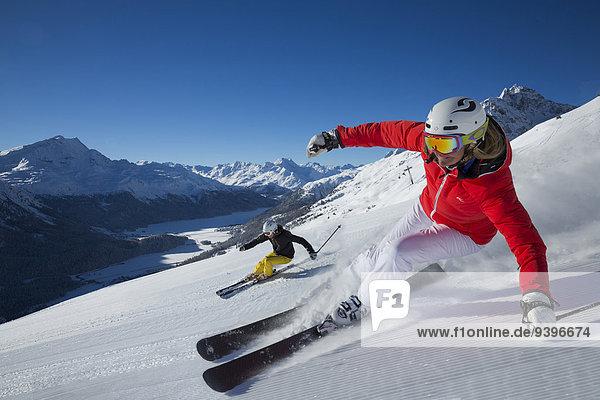 Frau Berg Winter Mann schnitzen Skisport Ski Kanton Graubünden Wintersport