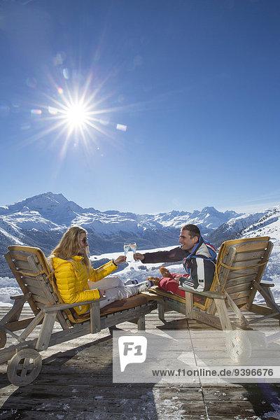 Frau Berg Winter Mann ruhen schnitzen Skisport Ski Kanton Graubünden Pause Rest Überrest Wintersport