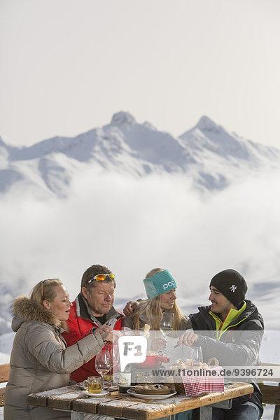 Frau Winter Mann Lebensmittel Hotel Restaurant Käse trinken essen essend isst Fondue Kanton Graubünden Gastronomie Wintersport