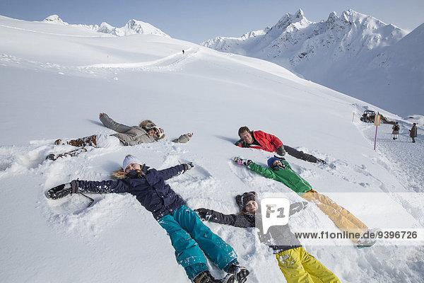 Frau Winter Mann gehen Weg wandern Kanton Graubünden Wanderweg Spaß Scherz Wintersport
