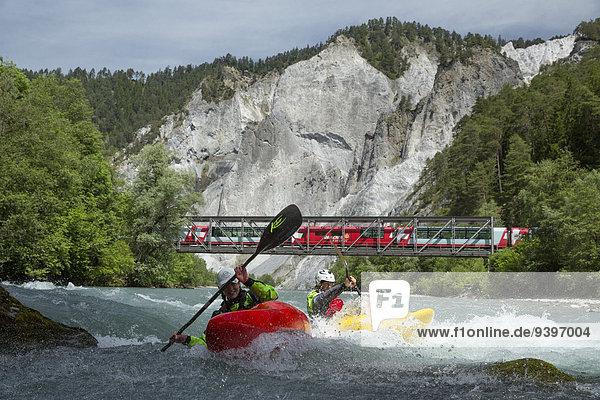 Wasser Frau Mann Sport Wassersport fließen Fluss Zug Schlucht Kanton Graubünden Gewässer