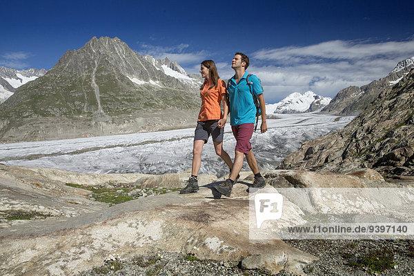 Frau Berg Mann gehen Weg Eis wandern Moräne Wanderweg Aletschgletscher