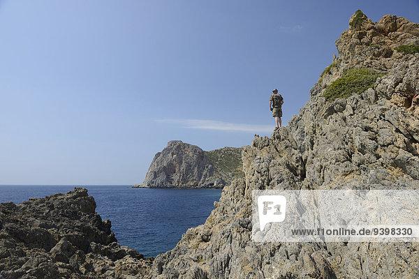 Felsbrocken Europa Mann Küste Meer Insel Griechenland Kreta griechisch