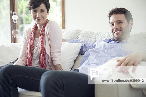 Paar entspannt auf dem Sofa zu Hause