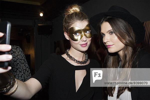 Frauen,  die Selfie auf der Party nehmen