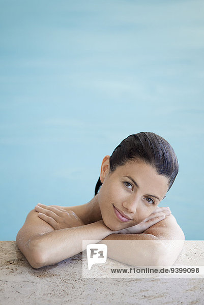 Frau entspannt im Schwimmbad  Portrait