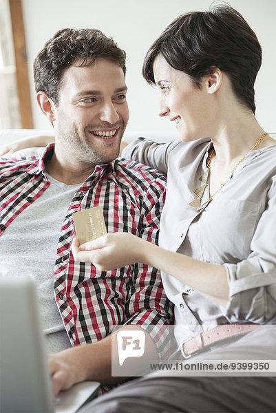 Paar mit Kreditkarte online einkaufen