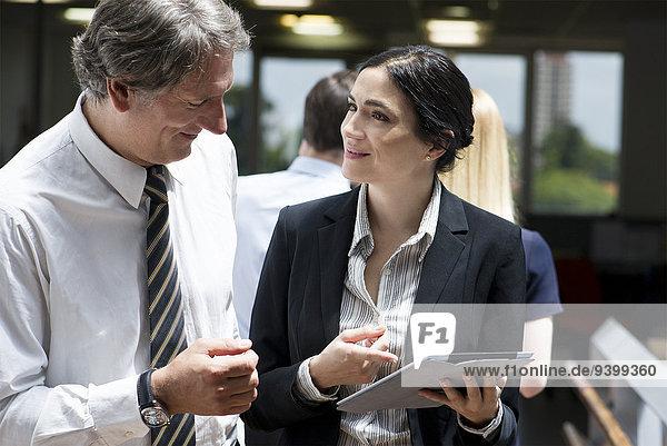 Geschäftsleute staunen über die Funktionen des neuen digitalen Tabletts