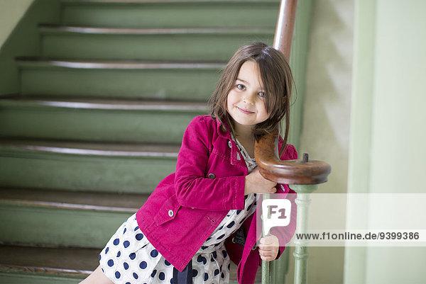 Kleines Mädchen am Geländer lehnend  Portrait