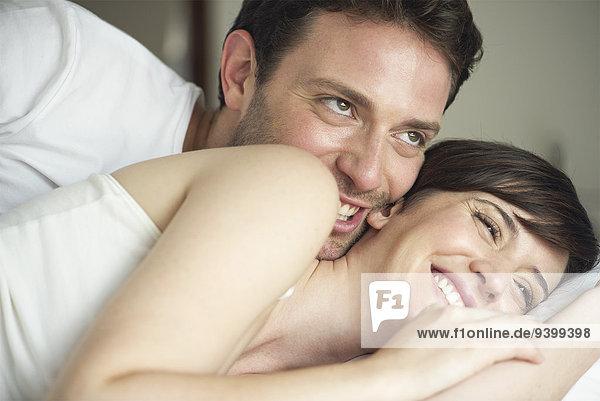 Verspieltes Kuscheln im Bett