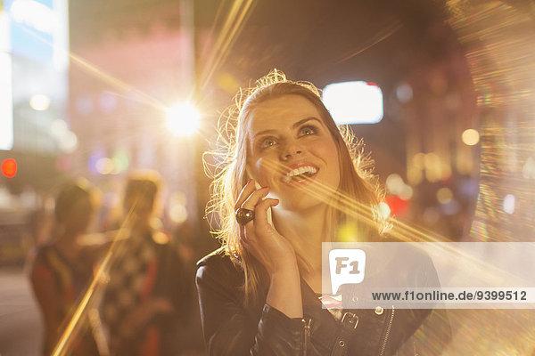 Frau nimmt Handy auf der Stadtstraße an