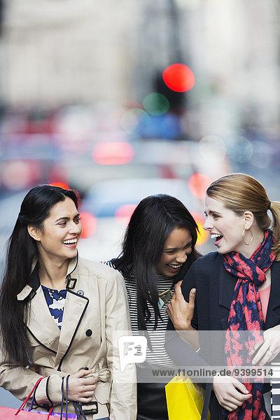 Frauen  die zusammen die Straße entlang gehen.