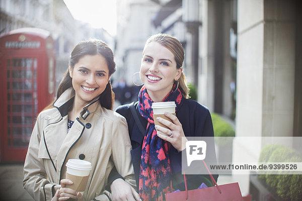 Frauen trinken zusammen Kaffee in der Stadt.