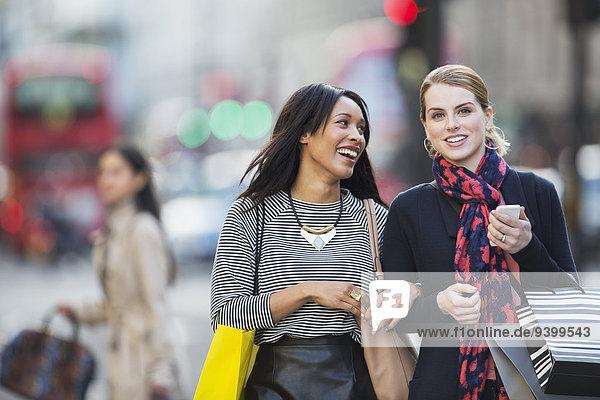Frauen, die zusammen die Straße entlang gehen.