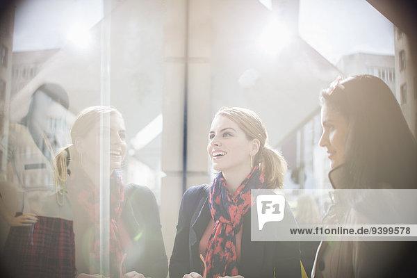 Frauen im Gespräch auf der Stadtstraße