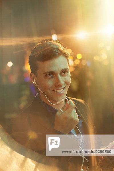 Mann mit Headset während eines Telefonats auf der Stadtstraße