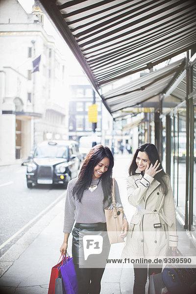 Frauen  die zusammen die Straße entlanggehen.