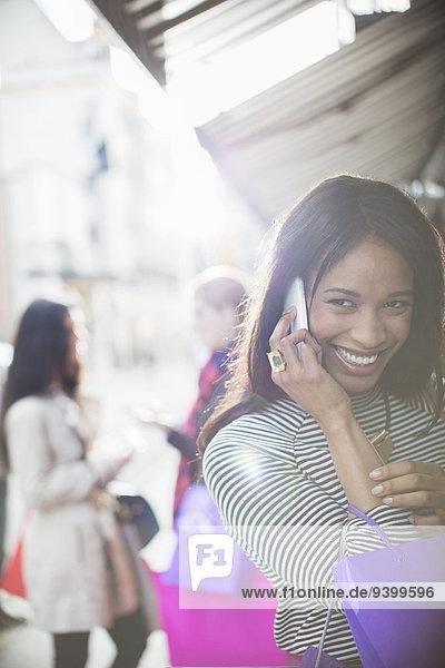 Frau spricht auf dem Handy auf der Stadtstraße