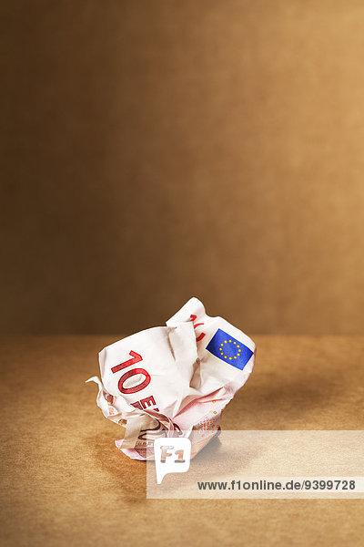 Zerknitterter 10-Euro-Schein auf der Theke