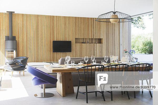 Esstisch  Sofas und Fernseher im offenen Wohn- und Esszimmer