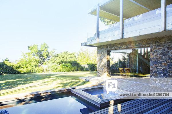 Modernes Haus mit Blick auf Pool und Holzdeck