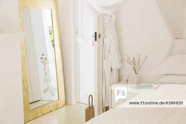 Fenster  Bett  Tür und Nachttisch im modernen Schlafzimmer