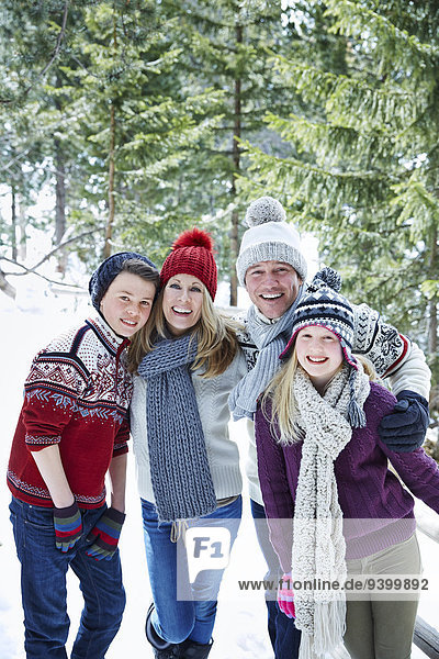 Familie spielt zusammen im Schnee