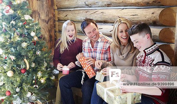 Familieneröffnungsgeschenke an Weihnachten