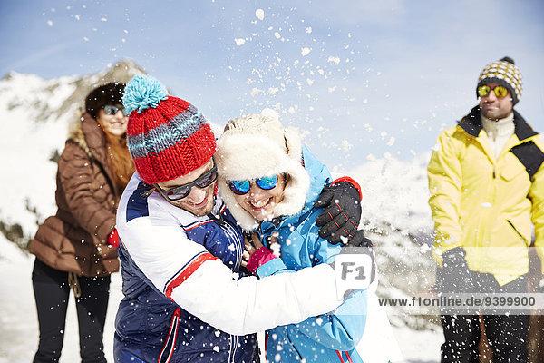 Paar spielt zusammen im Schnee