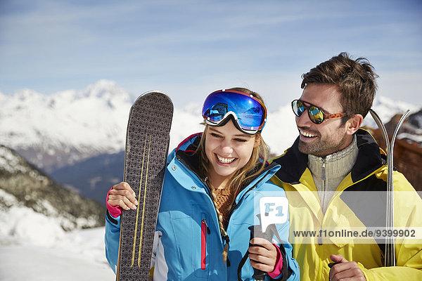Paar hält Skier zusammen
