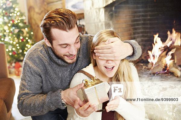 Paar tauscht an Weihnachten Geschenke aus