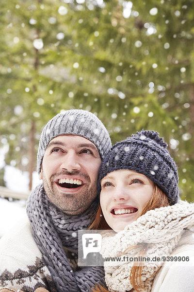 Paar bewundern Schnee zusammen