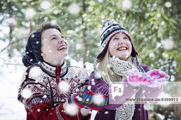 Geschwister beim gemeinsamen Schneefang