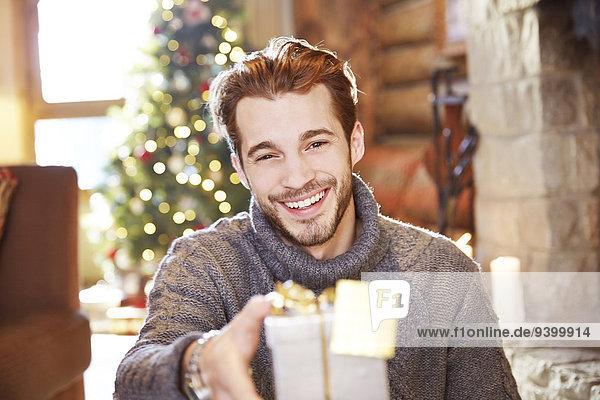 Mann mit Weihnachtsgeschenken