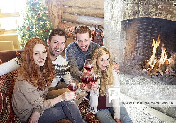 Freunde feiern mit Getränken im Blockhaus