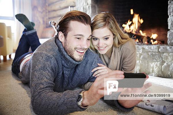 Ein Paar schaut sich das Handy zusammen an.