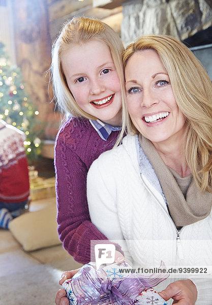 Familie tauscht an Weihnachten Geschenke aus