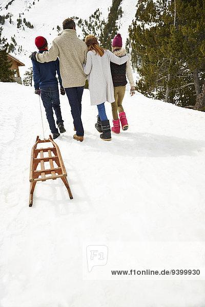 Familienwandern im Schnee zusammen