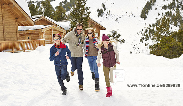 Familienlauf im Schnee zusammen